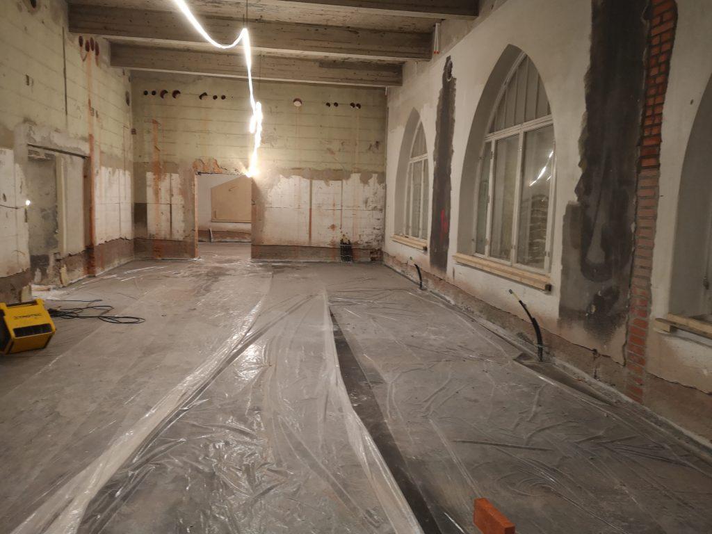Kuva 1 näyttelysalin suuria suippukaari-ikkunoita