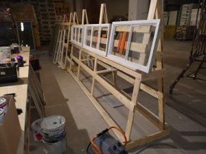 Kuva 5 Ikkunapuitteden maalaaminen on tarkkaa työtä.