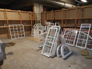 Kuva 6 Valmiita ikkunapokia odottamassa uudelleenasennusta.